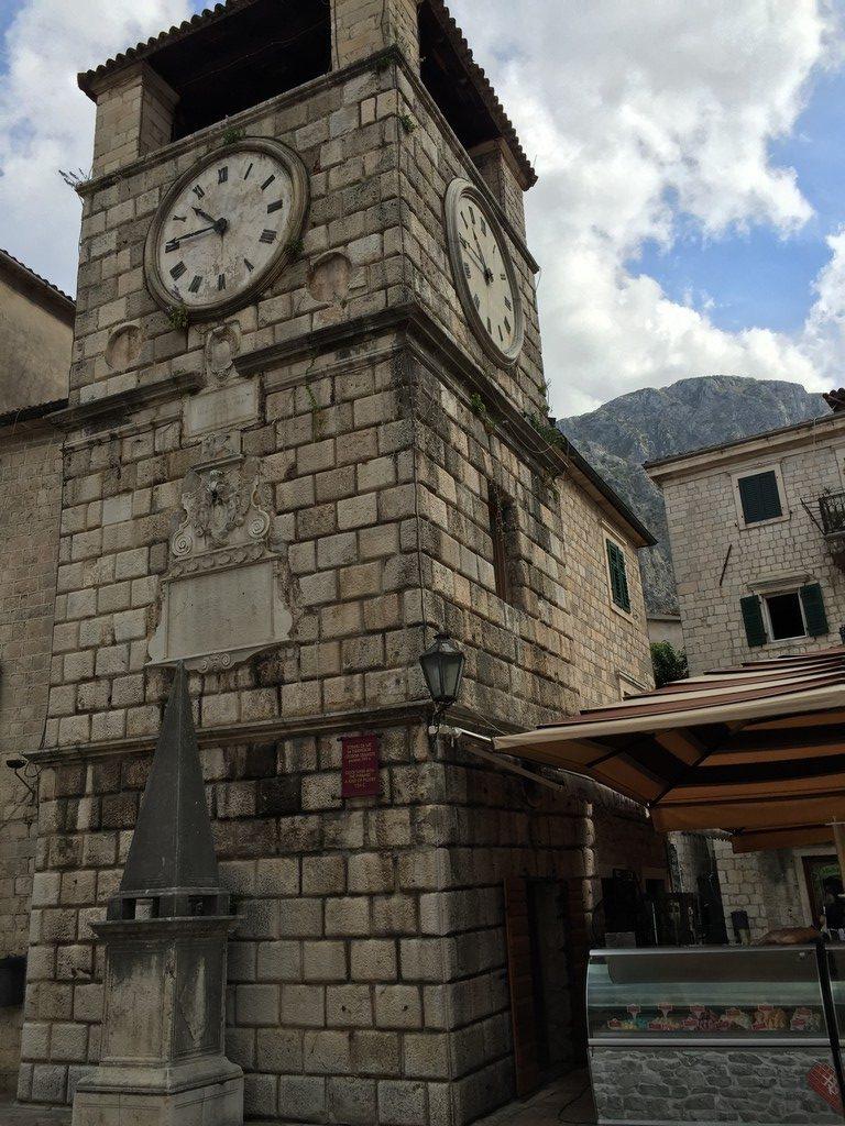 Saat Kulesi ve Utanç Anıtı, Silah Meydanı, Kotor Eski Şehir